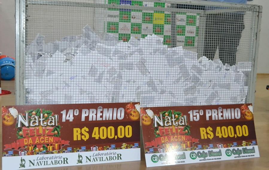 Milhares de cupons colocados numa urna para a realização do sorteio dos prêmios da ACEN. (FOTO: Jota Oliveira)